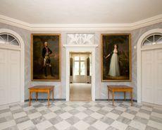 Schloss Paretz, Vestibül, Blick auf Boettner-Gemälde von Königin Luise und König Friedrich Wilhelm III.