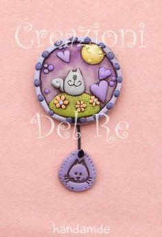 """Magnete """"Micio Bigio"""" realizzato interamente a mano, in resina poi dipinta. Il ciondolino è modellato in prosculpt"""