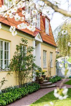 Enkel entréplantering Hosta och rosor längs fasad. Exterior Design, Interior And Exterior, House Entrance, Take Me Home, Garden Inspiration, Future House, Countryside, Beautiful Homes, Home And Garden
