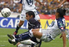 El portero de Chivas de Guadalajara Luis Michel (I) intercepta la entrada de Francisco Palencia (D) de Pumas de la UNAM en juego de la novena jornada el torneo Clausura 2007 del futbol mexicano, disputado el 11 de marzo de 2007 en Ciudad de Mexico. AFP PHOTO/Omar TORRES