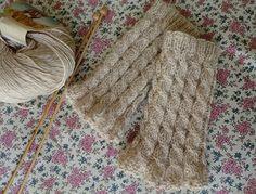 「毛糸1玉で作るハンドウォーマー」シンプルな縄編みのハンドウォーマーです☆ 少し短めですが、40~50gの毛糸1玉でできます。 手の甲をすっぽり覆ってくれるので、結構温かいです♪[材料]50g120mくらいの毛糸」