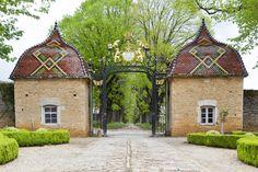 A une dizaine de kilomètres à l'ouest de Mâcon, bien que le château de Pierreclos apparaisse comme un très bel exemple de l'architecture médiévale, il ne reste que peu de vestiges de l'époque ducale après l'incendie provoqué par Louis XI en 1471, contre lequel s'était opposé le duc de Bourgogne Charles le Téméraire.