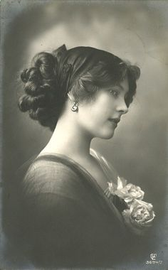 What a wonderful photographic portrait of an astonishingly beautiful Lady. I know only that this is a vintage photo. I would love to know who this beauty was during her lifetime. Images Vintage, Vintage Pictures, Vintage Photographs, Old Pictures, Old Photos, Chanel Pictures, Vintage Photos Women, Antique Photos, Lilie Elsie