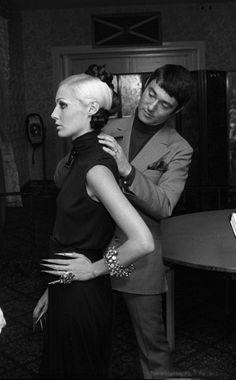 Vidal Sasson:Era: 1960s and 1970s Celebrity Clients: Mia Farrow, Nancy Kwan, Mary Quant C.V.: Sassoon became an icon of the Swinging Sixties when he revolutionized women's hairstyles by delivering short, naturally elegant, geometric cuts.