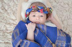 Une photo de bébé portant un vêtement traditionnel africain