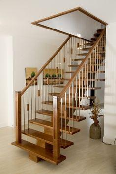 Escalier balancé à poutre centrale, garde-corps en verre, tige et ...