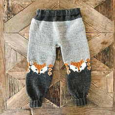 Ravelry: Revebukse pattern by Eva Norum Olsen Baby Knitting Patterns, Baby Boy Knitting, Knitting For Kids, Knitting Projects, Ravelry, Crochet Fox, Baby Outfits, Knitted Hats, Couture