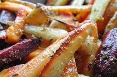 I dag skal du høre om de lækreste bagte rodfrugter du kan lave helt selv. Du kan bruge lige de rodfrugter du allerbedst kan li' eller du kan købe en pose færdig rodfrugt-mix der f.eks. består af rødbeder, gulerødder og pastinak/persillerod. Det er det nemmeste