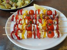Espetadas de Lulas com Pimentos Fruit Salad, Cobb Salad, Calamari Recipes, Carne, Seafood, Food And Drink, Fish, Vegetables, Cooking