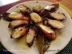 Χταπόδι ξιδάτο στην λαδόκολλα υλικά 1 κιλό χταπόδι 1 κρεμμύδι 2-3 σκελίδες σκόρδο 3 φύλλα δάφνη ρίγανη θυμάρι 1 κουτάλια κόκκοι πιπεριού λίγο αλατι μπαλσάμικο ελαιόλαδο λαδόκολλα αλουμινόχαρτο εκτέλεση Καθαρίζουμε και πλένουμε καλά το χταπόδι και το αφήνουμε να στραγγίσει. Στρώνουμε το αλουμινόχαρτο από πάνω μια λαδόκολλα και επάνω το