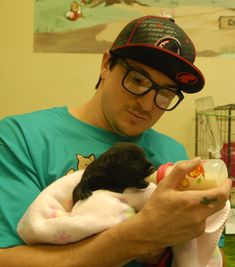 Apps Fan on Ghost Adventures: Zak Bagans.bottle feeding a puppy. so cuteGhost Adventures: Zak Bagans.bottle feeding a puppy. so cute Ghost Adventures Zak Bagans, Ghost Hunters, Travel Channel, Haunted Places, Guy Names, Best Shows Ever, Paranormal, A Team, Sexy Men