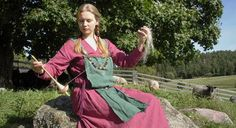 Viking woman using traditional spinning spindle, which is much more convenient than a spinning wheel, as it can be easily transported, and for instance used while guarding the sheep. Viking Woman, Viking Age, History Of Finland, Viking Clothing, King Richard, Norse Vikings, Iron Age, Anglo Saxon, Lana