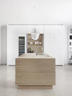 Solid wood kitchen with push to open doors FORM 45 - WHITE STAINED OAK by Multiform. Best Kitchen Designs, Modern Kitchen Design, Interior Design Kitchen, Luxury Kitchens, Cool Kitchens, Living Room Kitchen, Kitchen Decor, Solid Wood Kitchens, Hidden Kitchen
