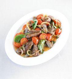 Das magere Rinderfilet wird mit Tomaten, Zwiebeln, Knoblauch und Kapern gebraten und steht nach nur 30 Minuten auf dem Tisch. Dieses Gericht ist eine gute Quelle für Eiweiß, Vitamin A, Eisen, B-Vitaminen und Zink.