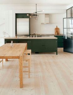 Hottest new Kitchen and Bath Trends for 2019 and 2020 no upper cabinets Green Kitchen Cabinets, Kitchen Cabinet Colors, New Kitchen, Kitchen Countertops, Kitchen Black, Kitchen Backsplash, Kitchens Without Upper Cabinets, Black Countertops, Glass Cabinets