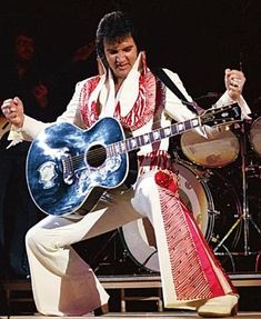 Are You Lonesome Tonight Lyrics - Elvis Presley, Music and Video Elvis Presley Concerts, King Elvis Presley, Graceland Elvis, Elvis In Concert, Elvis And Priscilla, Priscilla Presley, Lisa Marie Presley, Are You Lonesome Tonight, Elvis Presley Pictures