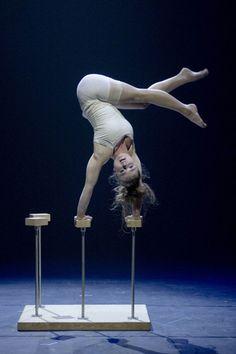 her body position is incredible #handbalance #handstand