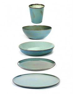 Zandstenen borden met unieke vormen door Serax aangeboden.