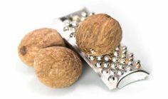 La noce moscata è una delle spezie più note ed apprezzate, dato che il suo caratteristico sapore caldo acre si sposa alla perfezione con pietanze a base di latte e formaggio, puré, selvaggina, salse, brodi, verdure (soprattutto spinaci, asparagi e funghi) e pasta. La noce moscata è data dai semi di Myristica fragrans, un albero sempreverde originario... Myristica Fragrans, Cufflinks, Pasta, Stud Earrings, Stud Earring, Wedding Cufflinks, Earring Studs, Pasta Recipes, Pasta Dishes