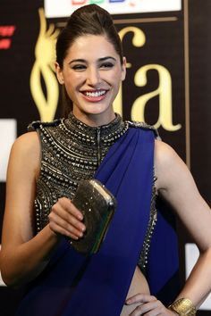Nargis Fakhri / sari / that strap holding the pallu in place is genius Simple Sarees, Trendy Sarees, Indian Attire, Indian Wear, Indian Style, Indian Dresses, Indian Outfits, Indian Clothes, India Fashion