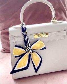 Scarf On Bag, Diy Scarf, Diy Fashion Hacks, Scarf Knots, How To Make Bows, Fashion Company, Scarf Styles, Shoulder Bag, Videos
