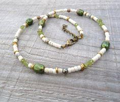 collier vert et écru en péridot perle d'eau douce pyrite et bois de coco : Collier par belladona