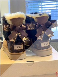 Womans Ugg Boots Customized With Louis Vuitton Coated canvas.- Womans Ugg Boots Customized With Louis Vuitton Coated canvas bag material & Mink fur any size. Cute Uggs, Cute Boots, Jordan Shoes Girls, Girls Shoes, Sneakers Mode, Sneakers Fashion, Fashion Boots, Zapatillas Louis Vuitton, Designer Shoes