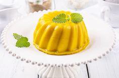 Receta de un postre ligero de mousse de mango que se sirve acompañado de cubitos de mango picados y una salsa de mango.