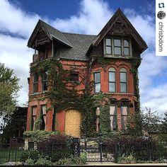 "Ode To Old Houses no Instagram: ""✨ Deserve2preserve Tuesday ✨ Challenge hosted with @archi_ologie & @oldhouselove continues with the overall challenge WINNER!!  There's something magical about the homes in Brush Park! We are all hoping for a comeback. Check out the amazing architecture. Great capture by @chrisbdom"