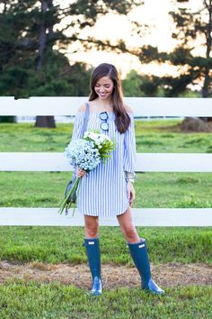 Hunter Rain Boots Outfits to recreate and inspire you ! These cute outfits with Hunter rain boots are easy to copy and I also rounded up a bunch of sale Navy Hunter Boots, Hunter Boots Outfit, Hunter Rain Boots, Outfits With Rain Boots, Boot Outfits, Blue Boots, New Outfits, Spring Outfits, Cute Outfits