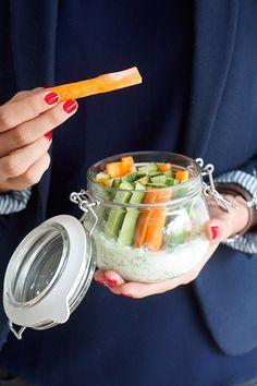 """Deze tzatziki met groentjes is heel handig """"verpakt"""" in een leuke afsluitbare . Food To Go, Good Food, Food And Drink, Yummy Food, Clean Eating Snacks, Healthy Snacks, Comida Picnic, Raw Food Recipes, Healthy Recipes"""