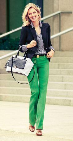 Uma peça em cor menos óbvia, como a calça verde, pode funcionar perfeitamente no trabalho se for coordenada com peças de cores irmãs (como os tons de azul) e levemente estampadas, pra que dividam a atenção.