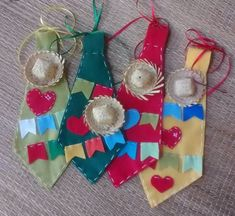 Gravata para festa junina personalizada.  mede aproximadamente 24 cm, personalizamos conforme sua preferencia! Christmas Stockings, Christmas Ornaments, Crochet Art, Holidays And Events, 3rd Birthday, Kids And Parenting, Party Time, Headbands, Diy And Crafts