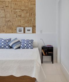 Para trazer aconchego para a suíte, foi instalado um painel atrás da cama com revestimento de bambu prensado. Criado-mudo, da Kartell. O quarto também tem luminária, da Dominici, e a cama é um projeto das designers de interiores Ana Valpaços e Rosa Prado (Foto: MCA Estúdio/Divulgação)