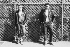 The greaser look was started by Marlon Brando and perfected by James Dean. This page covers the origins of the greaser style, including pictures. 1950s Mens Fashion Greaser, 1950s Fashion Menswear, Rockabilly Fashion, Men Fashion, Fifties Fashion, Fashion Vintage, Vintage Style, Greaser Guys, Greaser Style