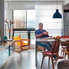 Apartamento pequeno reformado para um executivo. Com planta integrada e jeitão de loft, o apartamento de 53m² parece bem maior