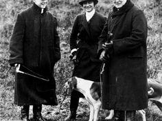 """Erklärung: Coco Chanel, Winston Churchill und sein Sohn Randolph (l.) am 1. Januar 1928 beim """"Mimizan Hunt"""" in der Nähe von Dampierre  in Nodfrankreich"""