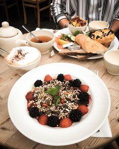Perfect brunch  @lepainquotidienbe   #brunch#sundaybrunch#sundaymood#sunday#porridge#porridgepassion#helathybrunch#healthyfood#healthy#foodporn#pornfood#capuccino#coffee#friends#vacances#hollidays
