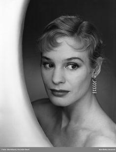 Porträtt av skådespelerskan Ingrid Thulin Foto: Kerstin Boel Bernhard, ca 1960 Golden Age, Movie Stars, Famous People, Royalty, Cinema, Scene, Photography, Fashion, Woman