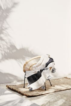 acapulco chair with tassel throw blanket. Decoration Inspiration, Interior Inspiration, Outdoor Spaces, Outdoor Living, Acapulco Chair, The Last Summer, Chaise Vintage, Interior And Exterior, Interior Design