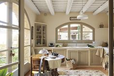 Una luminosa casa in pietra in Spagna. - Charme and More Kitchen Styling, Kitchen Decor, English Interior, Wooden Ceilings, Mediterranean Homes, Kitchen Pictures, House Built, Modern Country, Spanish Style