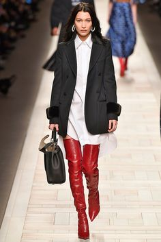 Ligia Nottingham: Milan Fashion Week: 10 looks para amar! Fendi -   bussiness style, chemise  + paletó alongado e bota over the knees vermelha. Moda, tendência, inverno 2017 / 2018, look, trabalho