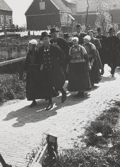 Bruiloftsstoet, mannen en vrouwen in streekdracht Marken. 1943