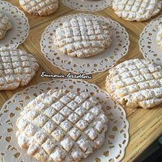 Ağızda dağılan harika bir lezzet Cevizli petek kurabiye 250 gr tereyağ 3yumurta 1 su bardağı sıvıyağ 1 buçuk su bardağı tozşeker 1 buçuk su bardağı ceviz 1paket vanilya 10 gr kabartma tozu 170 gr nişasta 700 gr un Üzeri için pudra şekeri Yapılışı Öncelikle un nişasta hariç bütün malzemeler 20 dk yoğurulur sonra un nişasta ekleyip kıvam alana kadar yoğrulur daha sonra istenilen şekil verilir yağlı kağıt serili tepsiye dizilir ve önceden ısıtılmış 180 derece fırında hafif pemp... Sweet Cookies, Cake Cookies, Moroccan Desserts, Cookie Recipes, Dessert Recipes, Turkey Cake, Recipe Mix, Turkish Recipes, No Cook Meals