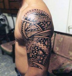 tatuajes hombro, tatuaje maori, hombre con musculos marcados tatuado en hombro y brazo, símbolo punta de lanza