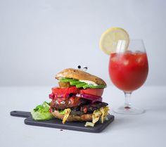 Rapeakuorinen vegaaninen perunankuoriburgeri saa täytteekseen mm. portobellosientä, avocadoa, kaalisalaattia, tomaattia ja hapankurkkua.
