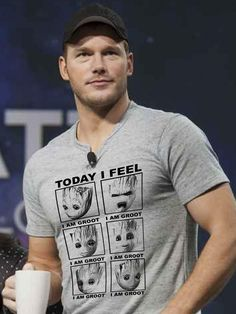 Chris Pratt wearing adorable I am Groot t-shirt Marvel Actors, Marvel Movies, Marvel Dc Comics, Marvel Avengers, Stan Lee, Marvel Fashion, Deadpool, Marvel Clothes, Guardians Of The Galaxy