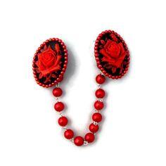 Clip chandail rouge et noir camée Rose avec perles noires par JuicyLucys sur Etsy https://www.etsy.com/fr/listing/205363131/clip-chandail-rouge-et-noir-camee-rose