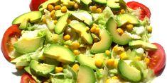 Prepara esta ensalada con maíz a la parrilla.Al colocar las mazorcas de maíz a la parrilla adquiere un sabor ahumado completamente delicioso, además, con la compañía deltomate y aguacate será ideal para comerla como cena o acompañante deuna pechuga de pollo a la plancha, por ejemplo. VE…