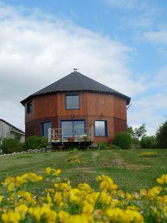 La pelouse laisse de belles surprises ! Gîte LA MAISON RONDE 86210 MONTHOIRON 0549936819